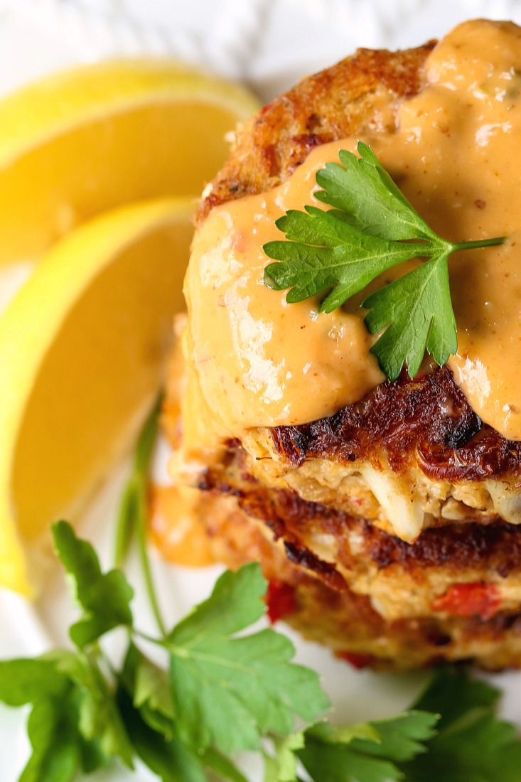 crab cakes with remoulade sauce and sliced lemons